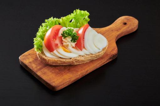 rundstykke egg og tomat