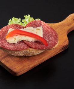 rundstykke salami og brie