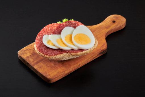 rundstykke salami og egg