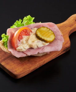 rundstykke skinke og italiensk salat