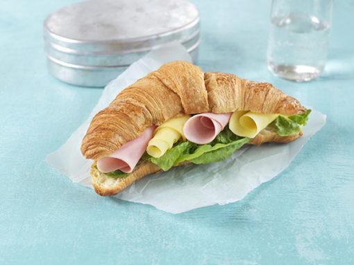 Croissant med ost og skinke