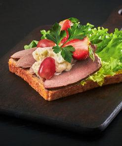 Smørbrød med andebryst og waldorfsalat
